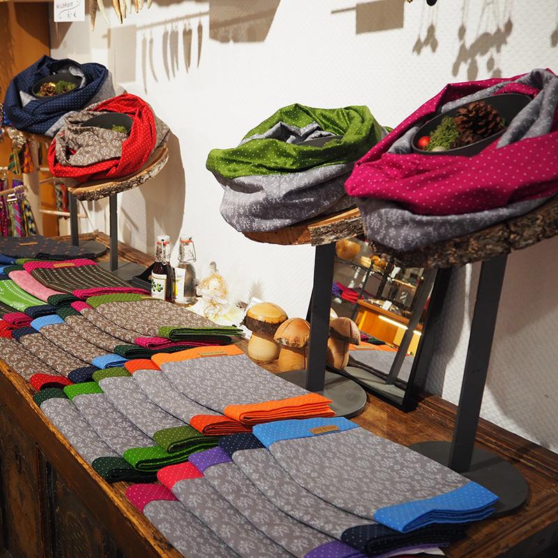 loopschals in verschiedenen farben in der auslage drapiert