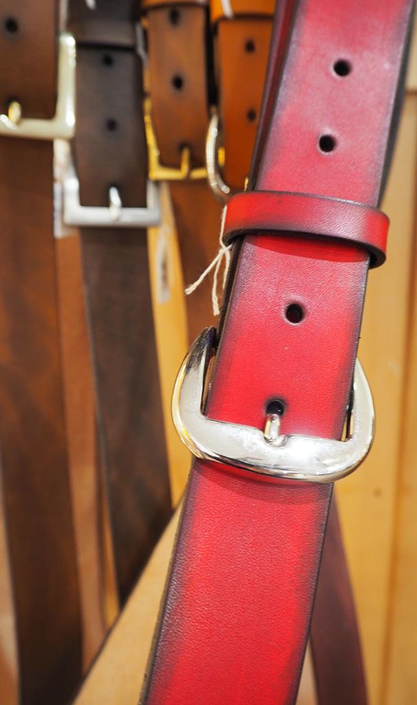 roter ledergürtel vom baerenwerk als nahaufnahme