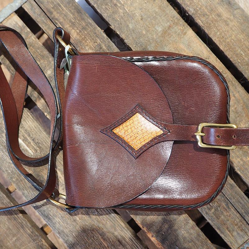 dunkelbraune ledertasche mit haenkel und schließschnalle