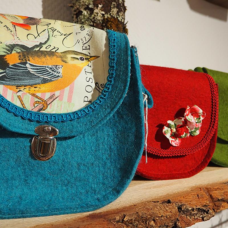 filztaschen mit bunten verzierung in blau rot und gruen