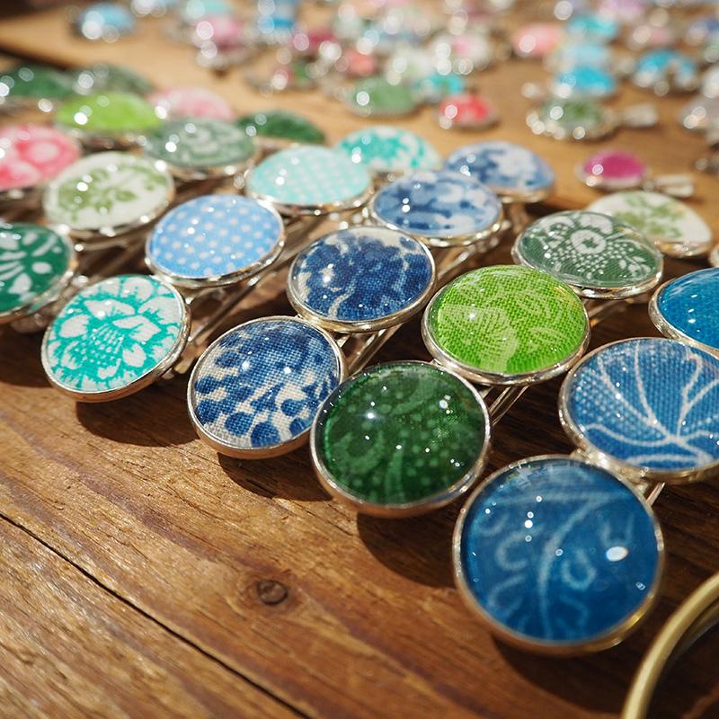 Broschen in verschiedenen farbtoenen aus dirndlstoff