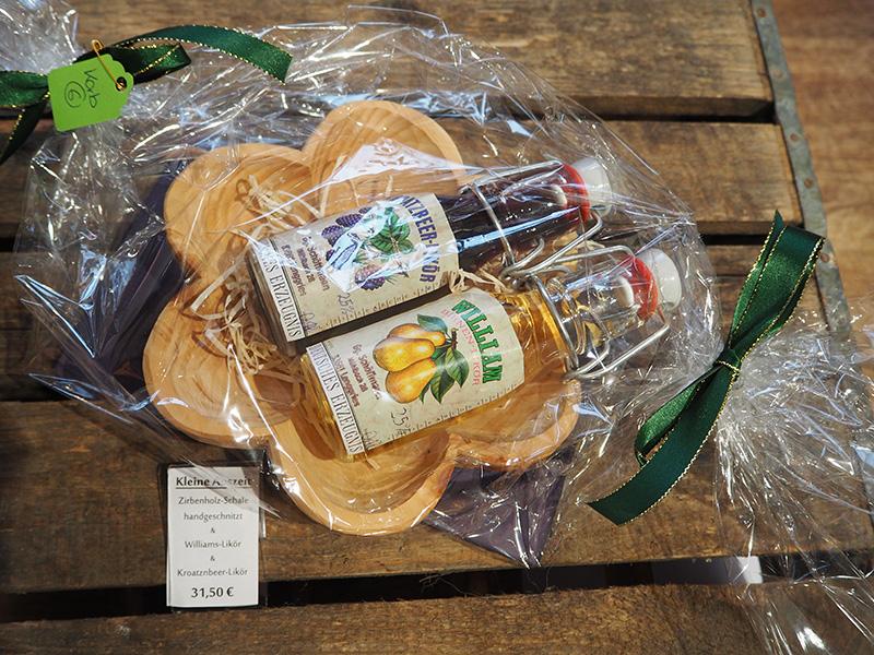 geschenkekorb mit zirbenholz schale und zwei verschiedenen Spirituosen
