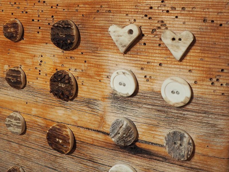 holzknoepfe in brauntoenen im runden oder herzformat