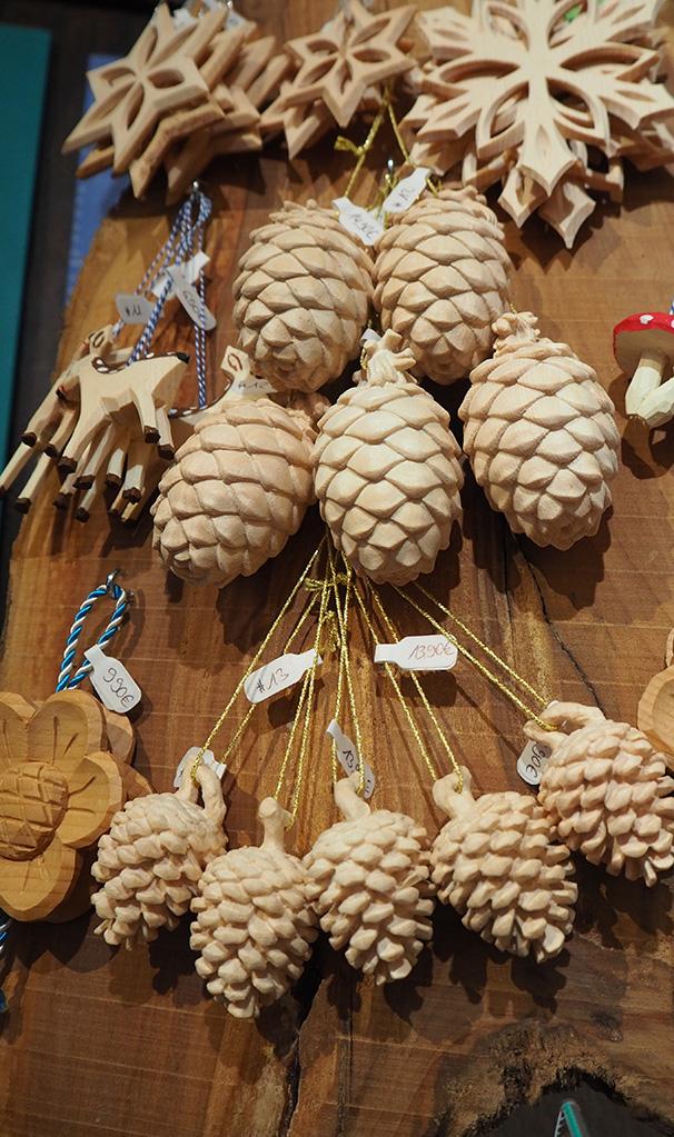 dekoanhaenger aus holz tannenzapfen sterne tiere und pilze