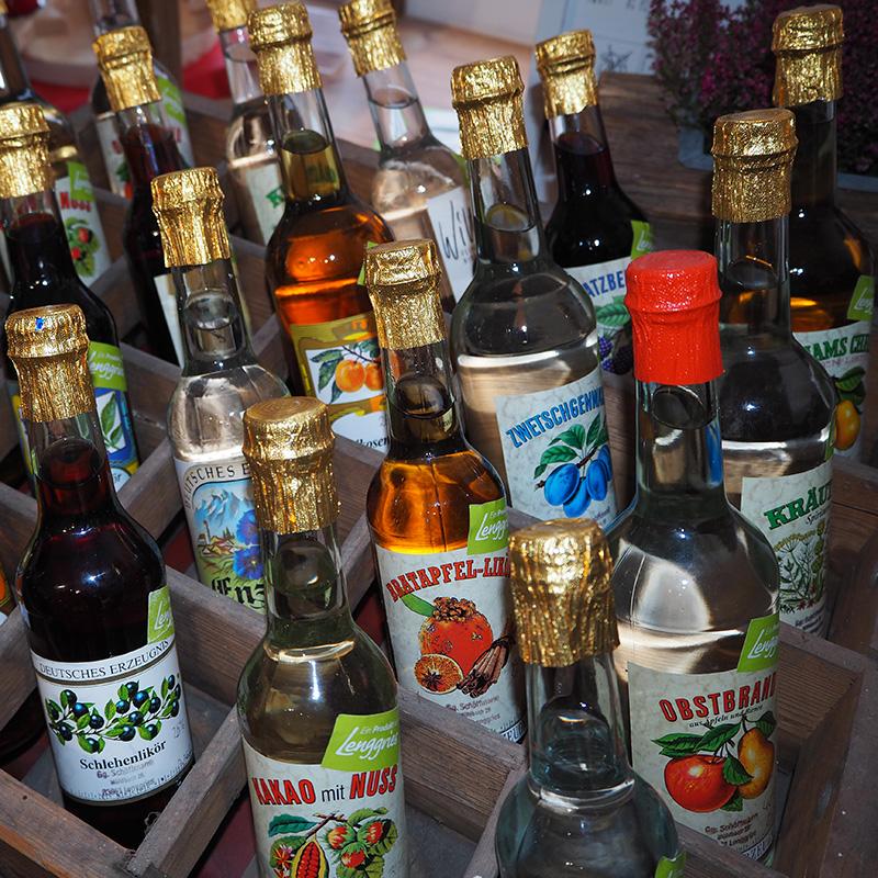 likoere und spirituosen in verschiedenen geschmacksrichtungen